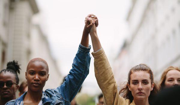 Frauen gemeinsam, © iStock/jacoblund